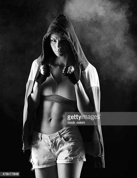 mulher de fitness em posição de combate - silhueta de corpo feminino preto e branco - fotografias e filmes do acervo