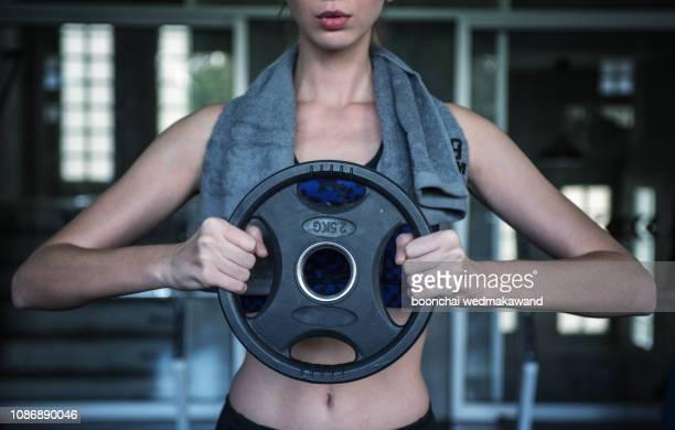 fitness woman lifting weights in gym. - levantamento de peso imagens e fotografias de stock