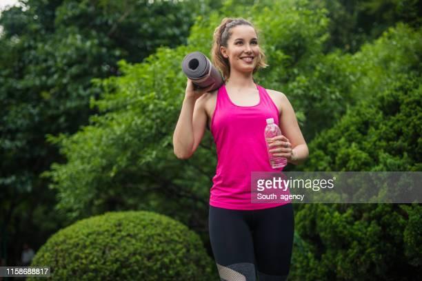 donna fitness - canotta foto e immagini stock