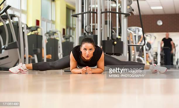 Femme de remise en forme sur l'étirement étage