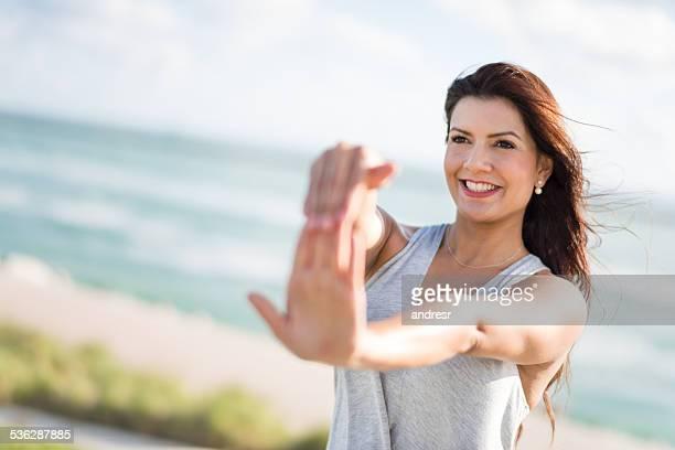mujer de ejercicios de estiramiento al aire libre - hands in her pants fotografías e imágenes de stock