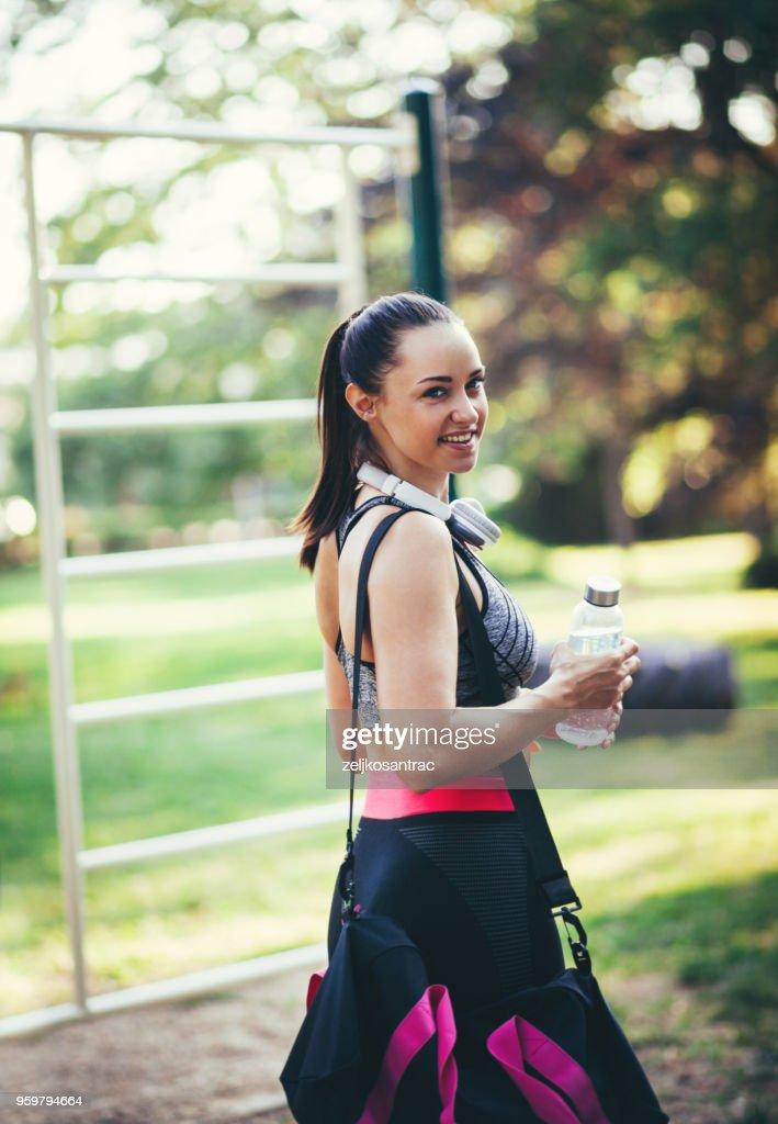 Fitness-Frau eine Pause nach dem Training ausführen : Stock-Foto