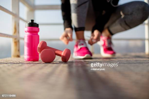 fitness woman tying shoelaces - pink imagens e fotografias de stock