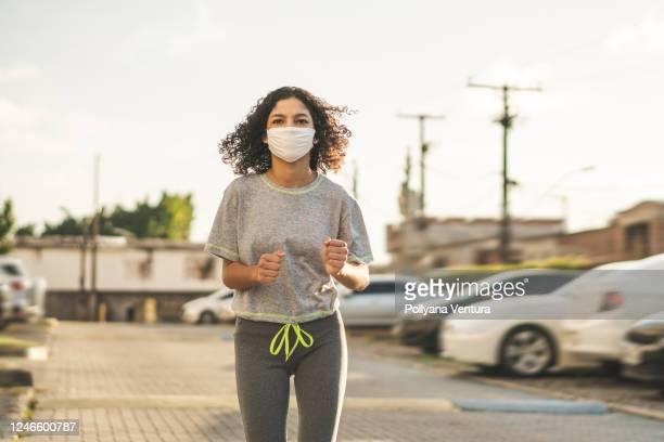 mulher fitness usando máscara n95 - mascara - fotografias e filmes do acervo