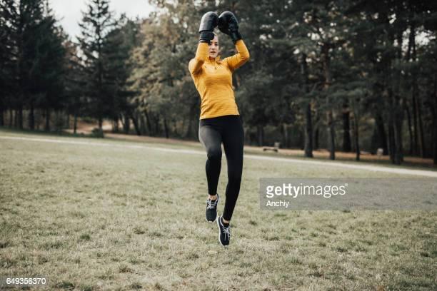 Fitness-Frau mit Boxhandschuhe training im freien
