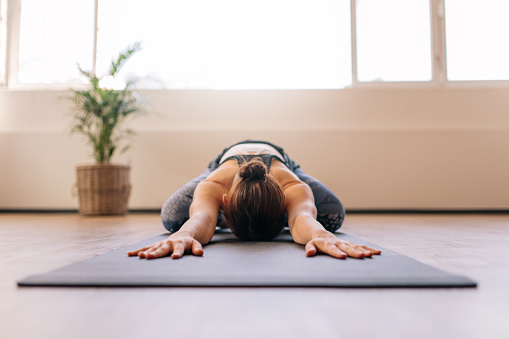 Fitness woman working out on yoga mat 863580848