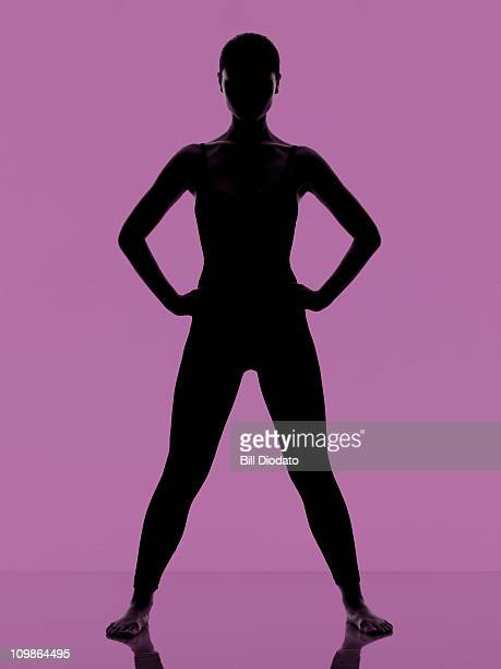 fitness work out on clean purple background - benen gespreid stockfoto's en -beelden