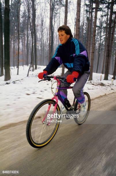 FitnessTraining MercedesFahrer Januar 1991 Michael Schumacher auf Fahrrad wwwhochzweinet copyright HOCH ZWEI / Ronco