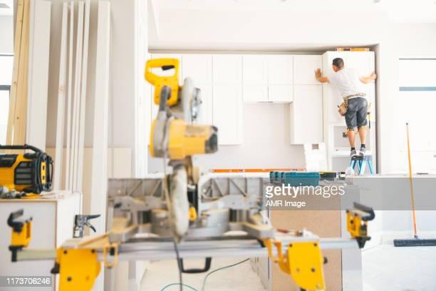 een keuken monteren - herbouwen stockfoto's en -beelden