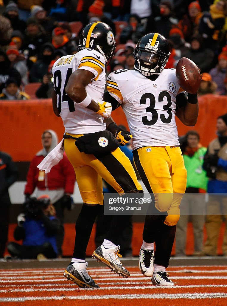 Fitzgerald Toussaint #33 celebrates with Antonio Brown #84 of the Pittsburgh Steelers after scoring a two point conversion during the fourth quarter against the Cleveland Browns at FirstEnergy Stadium on January 3, 2016 in Cleveland, Ohio.