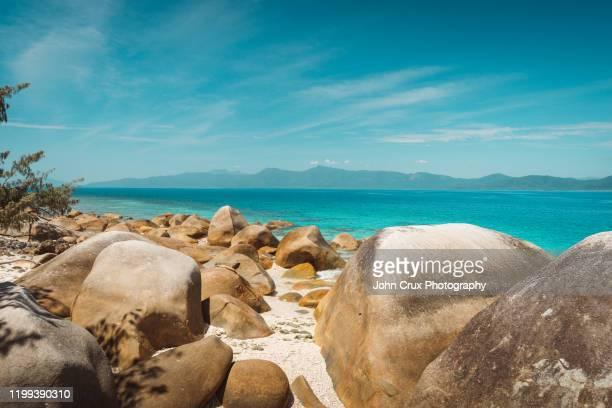 fitzroy island boulders - ケアンズ ストックフォトと画像