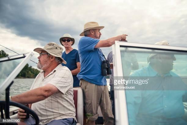 """fünf aktive senioren-brüder auf eine angeln ausflug auf einem boot. - """"martine doucet"""" or martinedoucet stock-fotos und bilder"""