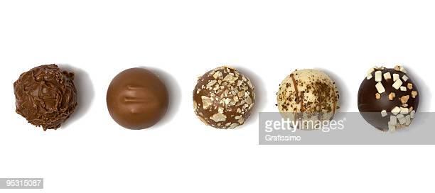 Fünf verschiedene Schokoladentrüffel in einer Reihe