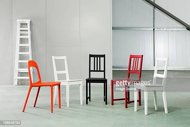 cinco cadeiras em um armazém - cinco objetos - fotografias e filmes do acervo