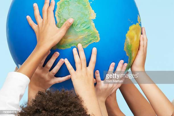 子供 5 人の手にタッチしたり、屋内の世界