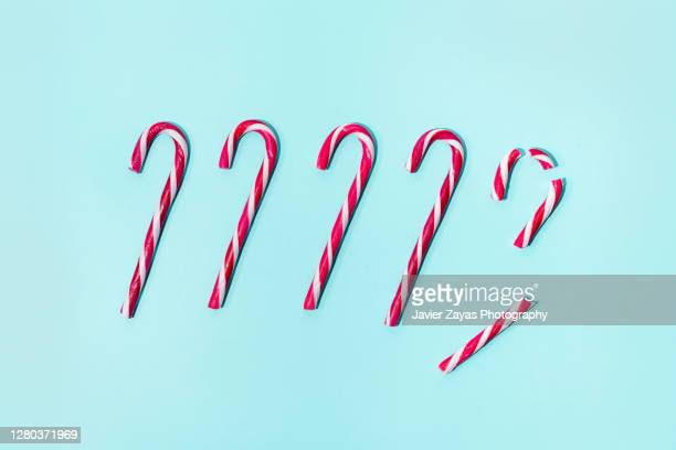 five christmas candy canes on a turquoise background -  キリスト教 伝来の地  ストックフォトと画像