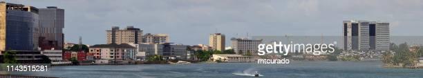 five kauris creek-skyline op victoria island waterkant van falamo bridge, lagos, nigeria - nigeria stockfoto's en -beelden