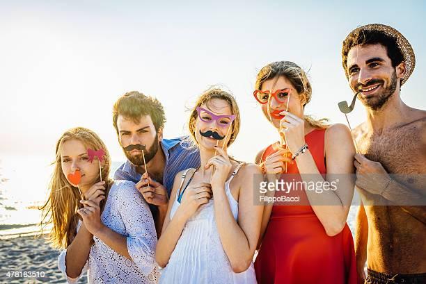 Fünf Freunden eine Party am Strand