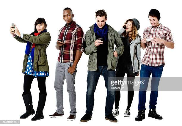 Cinco felices jóvenes trabajando con cellphones