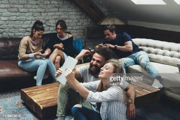 five hipster friends chilling out at the apartment - five people stock pictures, royalty-free photos & images