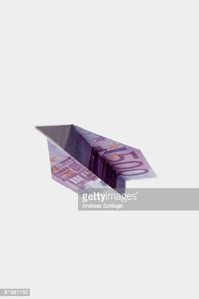 a five hundred euro banknote folded into a paper airplane - billete de banco de quinientos euros fotografías e imágenes de stock