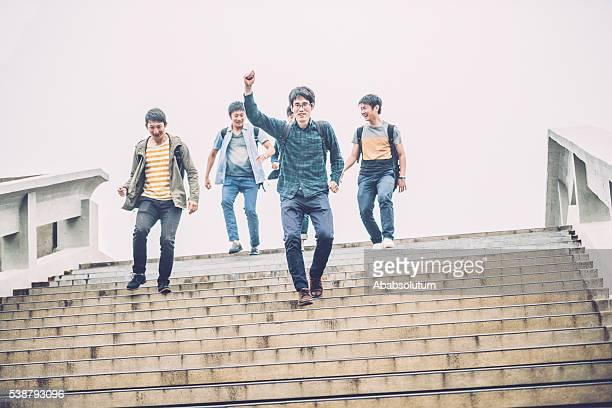 Cinq élèves japonais descendez l'escalier, Campus de, Kyoto, Japon, en Asie