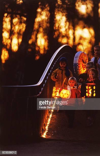 five little girls with lanterns on a bridge - sint maarten stockfoto's en -beelden