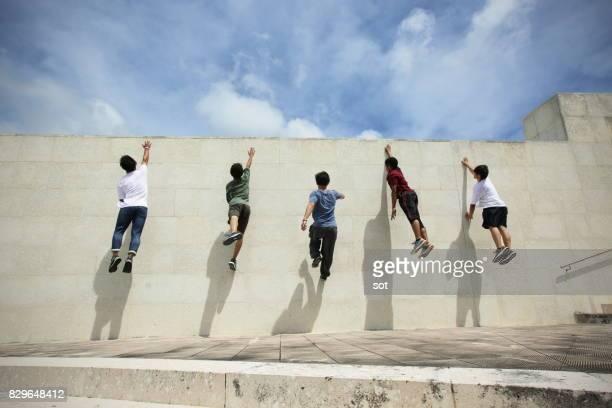 Fünf Männer klettert die Wand, Wand laufen springen