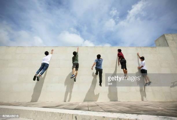 Five men climb up the wall,wall run jump