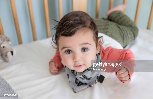 five month old baby lying in the crib - stock photography - happy new month - fotografias e filmes do acervo