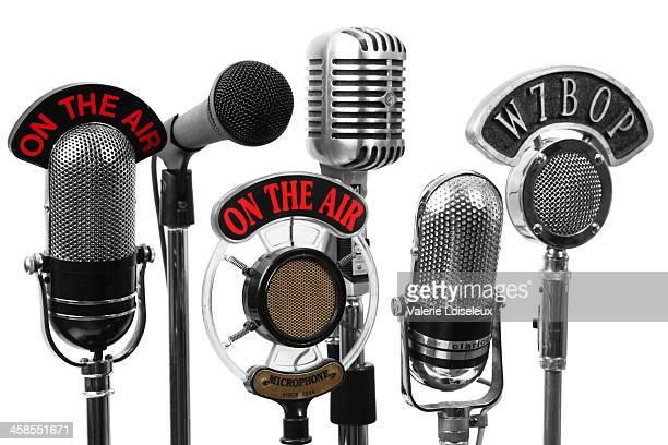 cinco nuevas y viejas, micrófonos - radio antigua fotografías e imágenes de stock