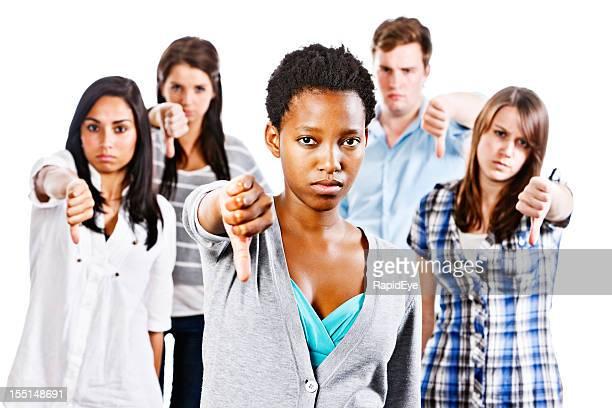 Fünf schwere junge Menschen geben Daumen runter Zeichen der Ablehnung