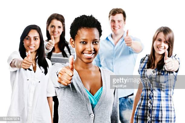 Cinq souriant Des personnalités positives donnent d'approuver pouce levé geste