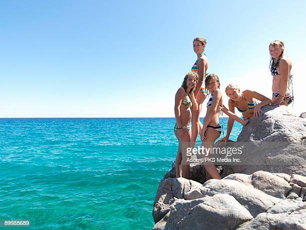 five teenage girls stand on cliff overlooking sea - 14 15 jahre stock-fotos und bilder