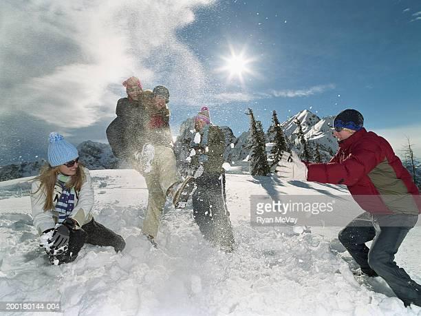 Fünf Jugendliche (15-18) spielt im Schnee, Lachen