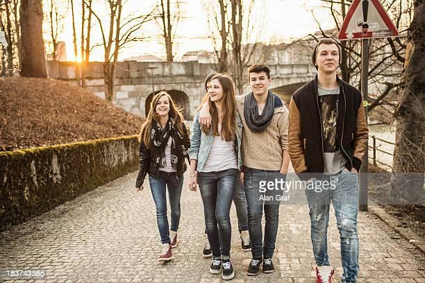 five teenagers walking together - seulement des adolescents ou adolescentes photos et images de collection