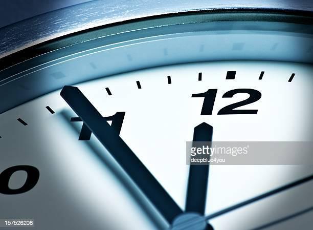 fünfヴォア zwölf、23:55 、55 は、高い時間 - 真夜中 ストックフォトと画像