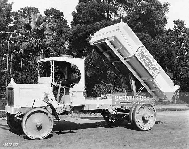 Five ton Packard truck with a 4.5 cubic yard horizontal dumping unit in action, Los Angeles, California, circa 1917.