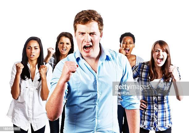 Cinq jeunes à Tenir fermement poings de crier