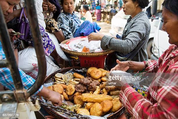 five-day market, bagan - myanmar fotografías e imágenes de stock