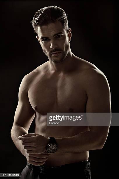 Fixation son montres semi-habillé beau homme