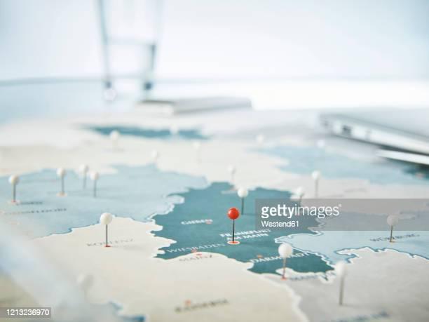 fixing pins in map - deutschland stock-fotos und bilder