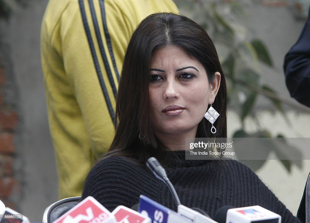 Fiza Alias Anuradha Bali wife of Chander Mohan alias Chand Mohammad, former deputy Chief Minister of Haryana addressing a Press Conference in New Delhi, India ( Chandra Mohan and Anuradha Bali, who became Chand Mohammad and Fiza respectively after convert : Nyhetsfoto