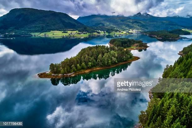fjord coast in central norway - cultura norueguesa - fotografias e filmes do acervo