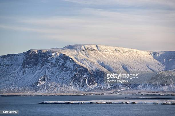 fjords seen from reykjavik. - merten snijders stockfoto's en -beelden