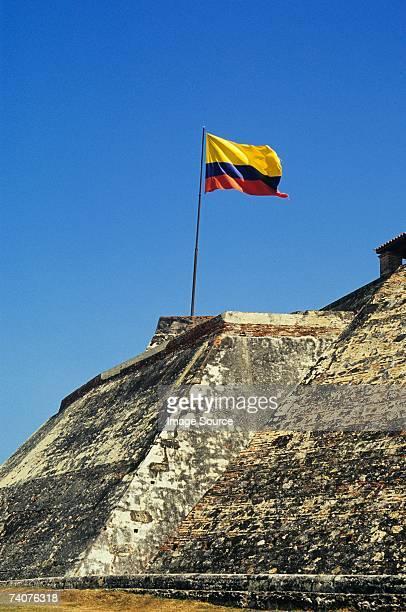 flag at san felipe fortress cartagena - bandera colombiana fotografías e imágenes de stock