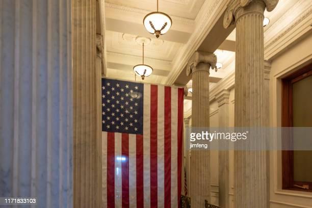米国議会議事堂の廊下天井にぶら下がっている米国の旗、インテリア、ワシントンdc - 下院議員 ストックフォトと画像
