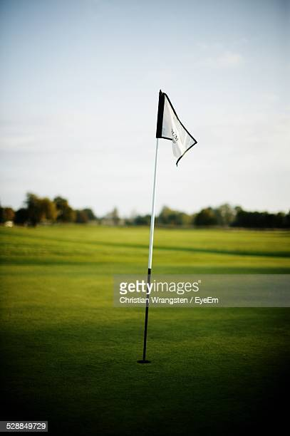 flag in golf course - golf flag stock pictures, royalty-free photos & images