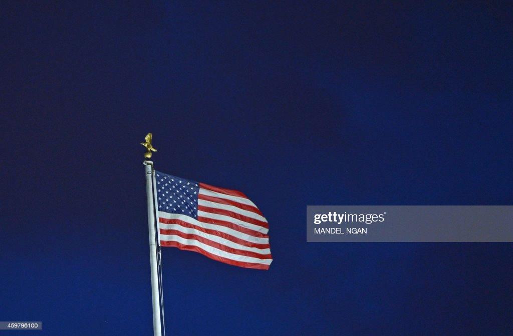 US-POLITICS-FLAG-WHITE HOUSE : News Photo