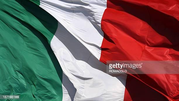 bandera italiana en el sol y viento, italia - bandera italiana fotografías e imágenes de stock